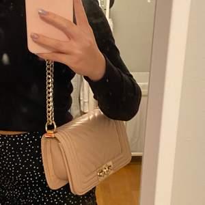 """Superfin rosa väska som aldrig används. Säljs pga att jag har mycket användning och aldrig använder denna💞💞väskan kan användas både som one shoulder bag men även som en crossbody bag då bandet """"kan bli långt"""".✌🏻✌🏻 pris+frakt"""