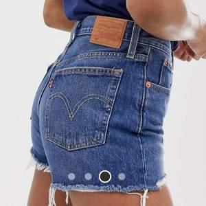 Säljer dessa levis shorts. Fler bilder på plagget kan skickas om så önskas. De är använda två gånger och är därmed nästintill helt nya. Köptes för 550 kr säljer för 250 kr.