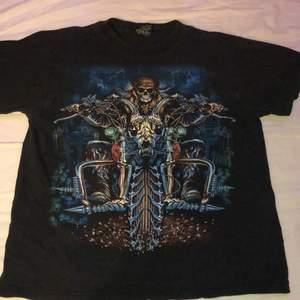 En ish stentvettad rock t-shirt köpt second hand med färgat tryck på framsidan och svartvitt tryck på ryggen. Ascool använd kanske två-tre gånger och är i bra skick:) hör av er vid minsta fundering , köparen står för frakt✨