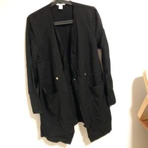 Snygg helt oanvänd kappa från jacka, passar till allt. Storlek M och köpt för 400 kr.