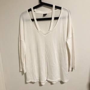 Vit tunnstickad tröja. Oanvänd. Storlek XL men passar en storlek L bättre.