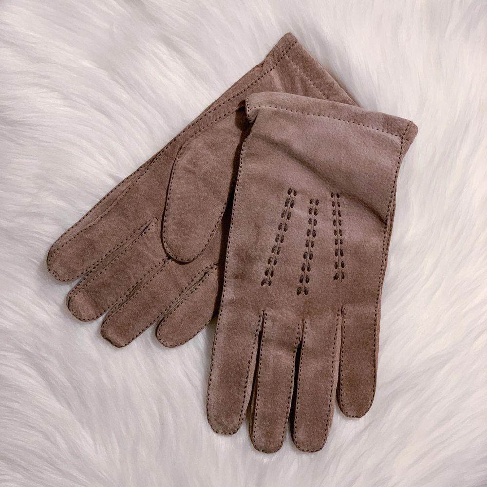 Fina vintage handskar i bra skick (tror inte de är använda alls). Storlek 10. Vackra dekorativa sömmar. Stickad insida. Det ska vara mocka och ull så vitt jag vet.. Accessoarer.