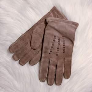 Fina vintage handskar i bra skick (tror inte de är använda alls). Storlek 10. Vackra dekorativa sömmar. Stickad insida. Det ska vara mocka och ull så vitt jag vet.