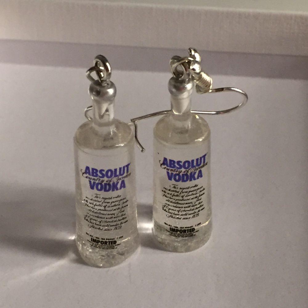 Coola örhängen i form av vodka flaskor Buda!!!!💗. Accessoarer.