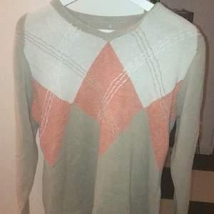 Sjukt fin stickad tröja köpt på second hand i det trendiga mönstret med vringning. Sitter oversize och sjukt fin. Hade kunnats göra om till en väst!