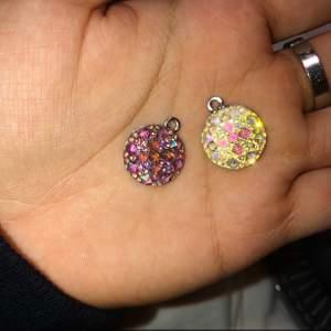 Berlocker med kluster som glittrar fint i ljuset. Priset gäller för en berlock. Vill man köpa båda kostar dom 100 kr tillsammans.