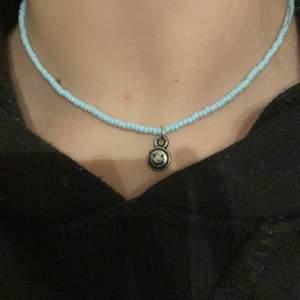 Ett halsband som jag har tillverkat själv. Det är ljusblåa seadbeads på det. En liten smile berlock. Om man ej vill att den ska va på halsbandet så kan jag ta bort den❤️ 39 kr ink frakt (gratis frakt)❤️