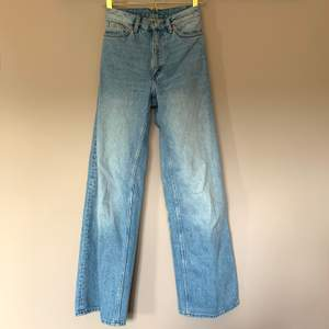 Jeans från Monki i modell Yoko, storlek 24. Väldigt fint skick. Budgivning i kommentarerna ☺️