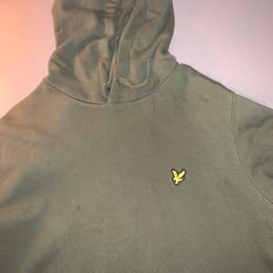 Säljer min lyle scott hoodie mörkgrön nypris 750kr den är i storlek M och i bra skick, hör av er om fler bilder eller om ni har frågor😊