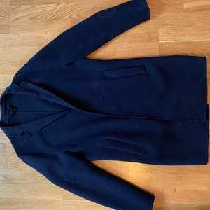 Mörkblå kappa
