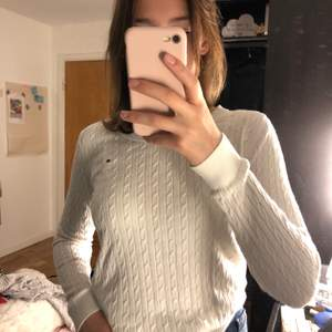 Väldigt fin vit långärmad tröja i ett jättefint flätat mönster ifrån Tommy Hilfiger!💗 säljer den eftersom att den inte kommer till användning:(( Frakt tillkommer på 60kr💖