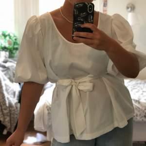 Säljer nu denna vita dröm! Som även är helt oanvänd!😱😍 Har redan ett gäng vita blusar så väljer att sälja denna. Blusen är storlek 44 men passar snarare 38-42. Har ni frågor eller funderingar är det bara att höra av sig. Köparen står för frakt 🚚.