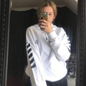 Helt ny hoodie från lager 157 med svarta detaljer på armarna. Passar både tjej och kille💕