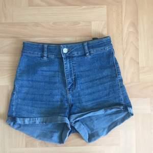 Ett par blåa shorts från h&m i storlek 36. Jättebra kvalite och bekvämt tyg! Säljer dem för att jag har växt ur dem💙 köparen står för frakten!
