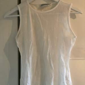 Vitt somrigt linne, formar sig fint. Är märkt som stl L, vilket det inte är. Passar Xs och S. Skickas mot fraktkostnad 44 kr.
