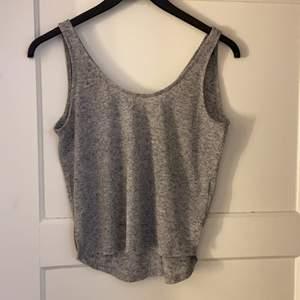 Fint linne till sommaren. V- ringad i rygge. Använder inge längre det är därför jag säljer den. Köparen står för frakt!