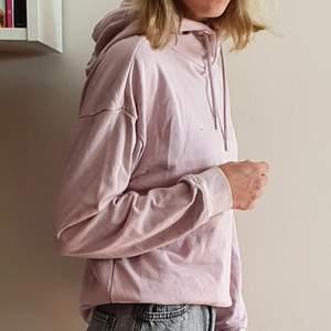 Skön hoodie från SOC. Rosa, storlek XS. Knappt använd! Kan mötas upp i Uppsala/Stockholm, alternativt skicka mot fraktkostnad.💕