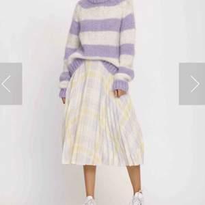 Jätte söt kjol från samsoe samsoe som tyvärr var för liten redan när jag köpte den:(( ordinarie pris 1400kr, endast använd en gång
