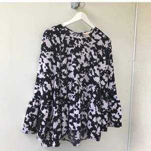 Superfin slutsåld blus med volang och vida ärmar i svart och vitt från H&M Trend. Helt slutsåld! Oanvänd!!