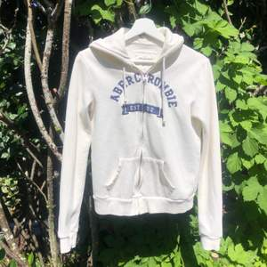 Abercrombie & Fitch hoodie i st. S. Jättefin och perfekt till sommaren. Väl använd men i fint skick, lite nopprig men inget farligt! Nypris: ca 400-500kr jag säljer för 80 sen + frakt 66kr🤍