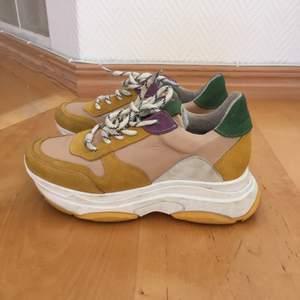 Steve Madden sneakers i strl 36. Sparsamt använda i härliga färger. Skickas mot frakt.