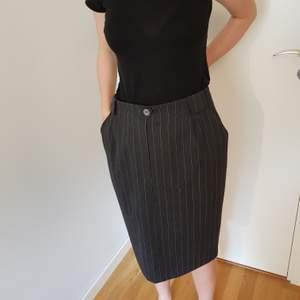 Superfin kritstrecksrandig pennkjol, har fickor! Dessutom har den väldigt snygga breda bältesöglor, se tredje bilden. Så snygg och kan stylas på många olika sätt, men tyvärr alldeles för stor för mig. Frakt tillkommer
