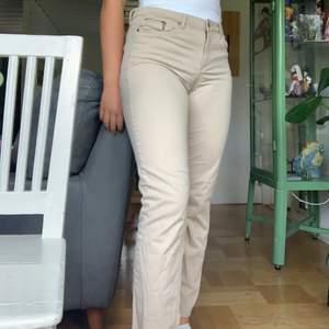 Super sköna byxor i mjukt materiall, väldigt stretchiga. Straight leg, 70kr+frakt
