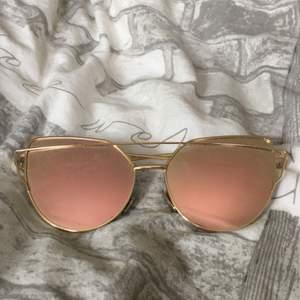 Rosé, guldiga solglasögon, använda fåtal gånger (inga repor). Nypris 300kr. Frakten är inräknat i priset