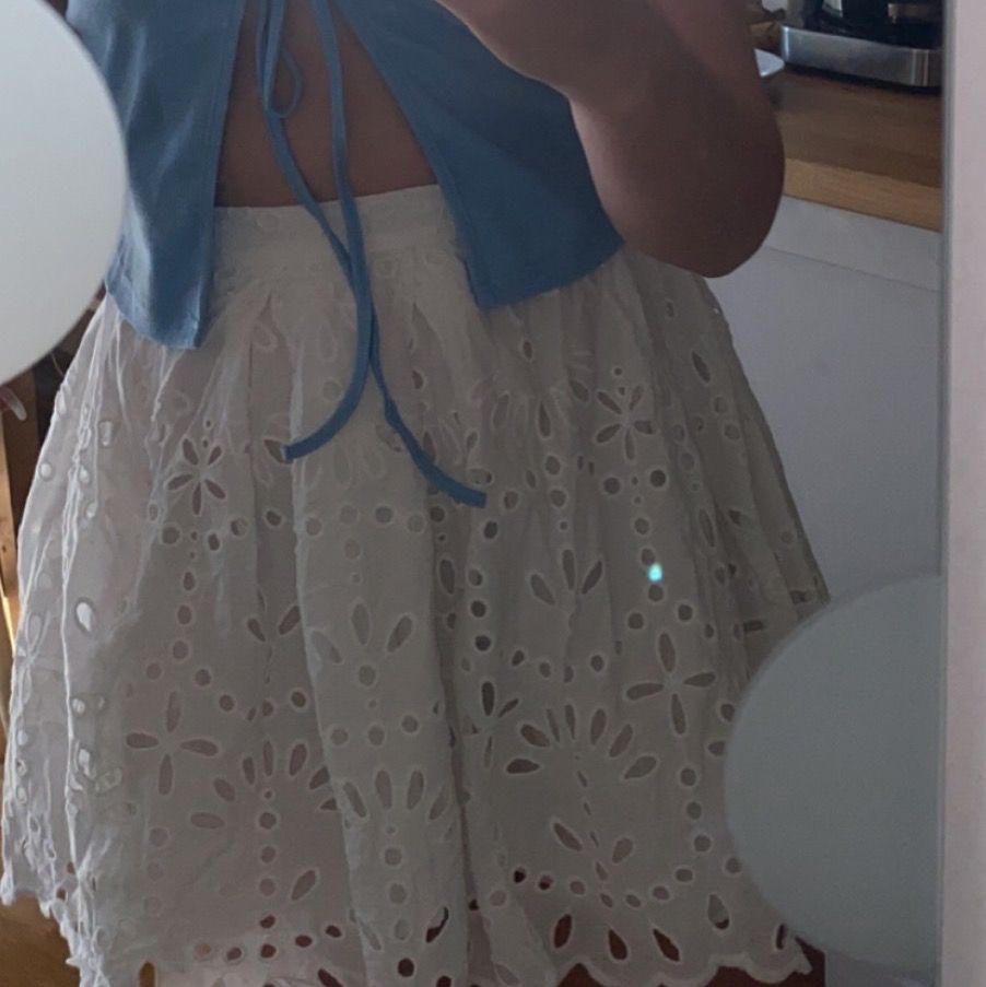 Säljer denna fina kjolen. Köpes av en annan här på plick men den satt inte riktigt som jag tänk mig. Frakten kostar 44kr. Kjolar.