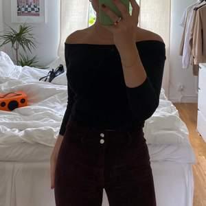 Svart off shoulder topp från H&M. Basic och snygg till det mesta
