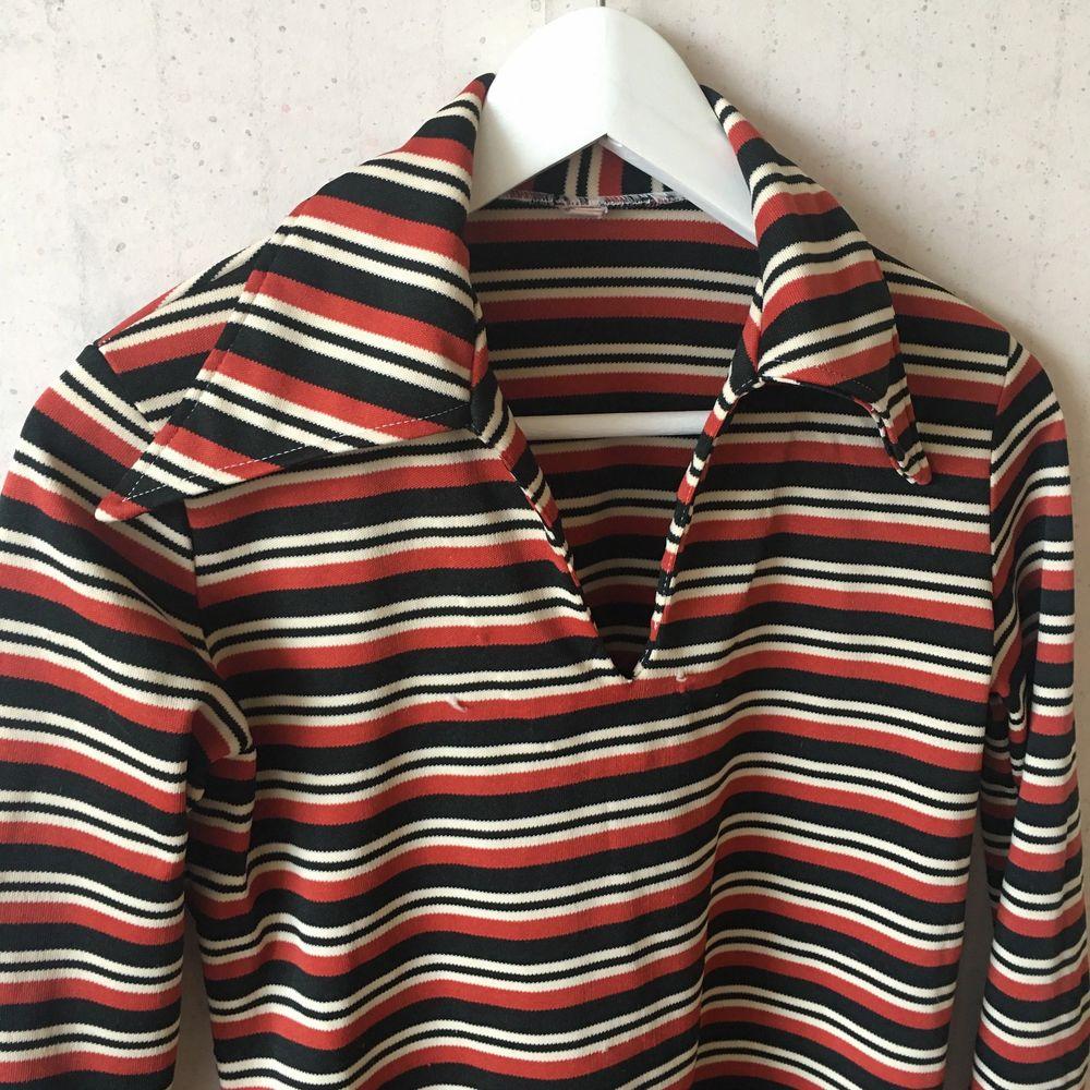Vintage skjorta från 70talet! Sömmen har gått upp ca 5cm nere på höger ärm, lättfixat med symaskin. Köparen betalar frakt!!. Skjortor.
