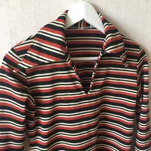 Vintage skjorta från 70talet! Sömmen har gått upp ca 5cm nere på höger ärm, lättfixat med symaskin. Köparen betalar frakt!!