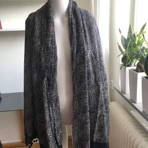 Fin sjal från Rules By Mary. Sparsamt använd. Som ny.