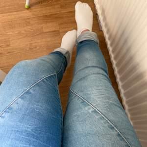 Mellanblåa jeans med massor av stretch 🔥 Boyfriend-modell vilket passar super på oss med bredare lår/höfter 🥰 Sparsamt använda - nästan som nya! 😍 Uppvikta på bilden då jag bara är 154 cm lång 🤭 Hör av er vid frågor/fler bilder! Köparen står för frakt 😊