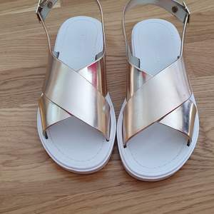 Sandaler från asos i metallic rosegold, storlek 37, använda två gånger så undersidan är lite smutsiga men i övrigt som nya.