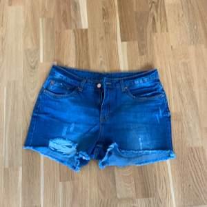 Nya jeansshorts i storlek M. Oanvända.