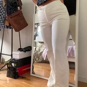 Vita kostymbyxor köpta på Humana i Berlin! Snygg passform med utsvängning vid benen. De är uppsydda vid benen men det vår lätt att sprätta upp. Jag är 160 cm!🍒🥂