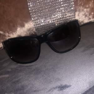 Prada solglasögon som är lite söndriga men går att laga med Limm... startpriset är 150kr