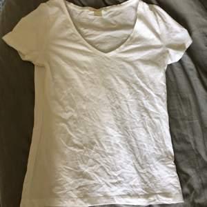 En vit basic t-shirt ifrån H&M i storlek S. Använd fåtal gånger. Frakt ingår ej i priset