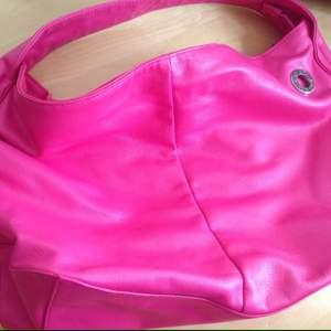 Snygg rosa märkes väska från Björn Borg (äkta). Rymlig och gott om plats, gott skick 👍🏼