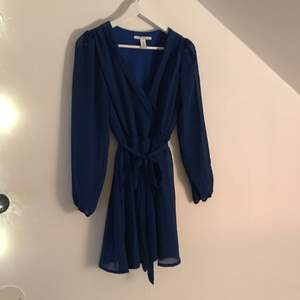 Blå klänning från nelly. Inprincip aldrig använd, super skick! Kan mötas upp i Stockholm eller så står köparen för frakten!