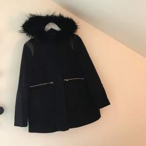 Tjockare kappa i mörkblått med pälshuva på. Köpt i Amsterdam så vet inte riktigt märke, men liknande zara kappan. Kan mötas upp i Stockholm eller så tillkommer frakt