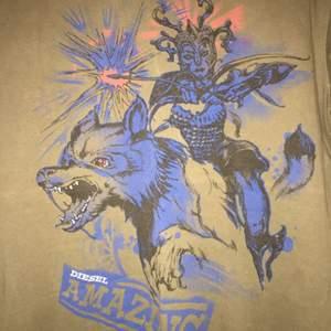 Säljer min Diesel T-shirt inköpt på 2000-talets början, så kanske den räknas som vintage (?). Har inte använt den på flera år och säljer den pga att det inte är min stil!  FRAKTEN STÅR INTE JAG FÖR