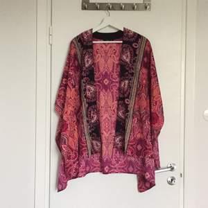 Kimono från Lindex. Endast använd 1 gång. Tunt och härligt material. Möts i stockholm/köpare står för frakt