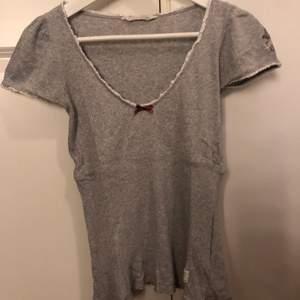 En grå t-shirt från Odd Molly. Tröjan är i bra skicka och säljs även i långärmad i färgerna svart (storlek s) grå (storlek s) vit (storlek xs)