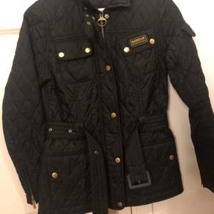 En jättefin höst/vår jacka från Barbour storlek 34 använd en höst säsong jackan är i väldigt bra skick nästan som ny