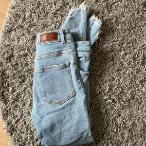 Säljer dessa jeans med slitningar i storlek S från bikbok. Super stretchiga och använda 1-2 gånger. 120 kr + frakt 🚚