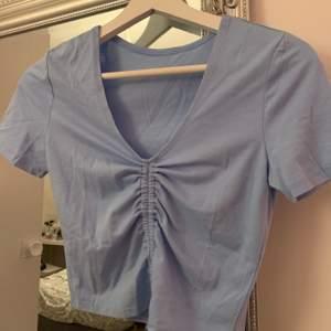 Säljer denna fina tröja från shein. Är i vanligt t-shirt material. Man kan reglera själv hur man vill ha tröjan. Kan mötas upp i Gävle/Söderhamn annars skickas för 43kr ✨