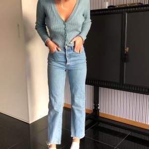 Assnygga Levis jeans i en ganska stark blå härlig jeansfärg. Sitter väldigt snyggt runt lår och rumpa.  Lite kortare men går ner till precis ovanför fotknölarna på mig(jag är 165 cm). I storlek W24. Originalpris 1099kr men säljer för 250kr exklusive frakt. Använda en gång så säljer för att de inte kommer till användning.