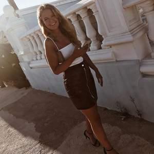 Supersnygg lackkjol från Rebecca Stellas klädmärke, säljer då den tyvärr har blivit för liten 😢 tror inte den finns att köpa längre men tror nypris var 499? Knappt använd💖 frakt tillkommer